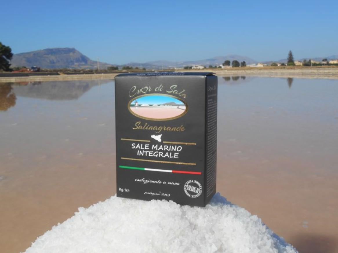 Thin Raw Sea Salt Picked by shoulder - Cuordisale - Salinagrande